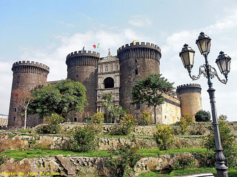 ZOOM : Le castel nuovo ( 1284 ) - Naples ( italie )
