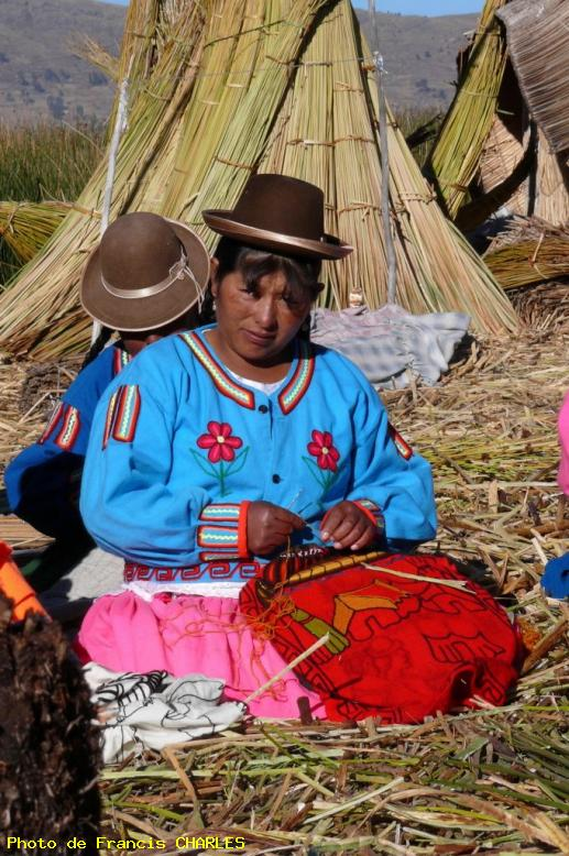 ZOOM : Les indiens uros du lac titicacac - Puno