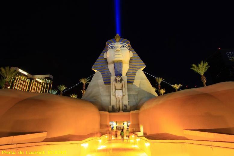 ZOOM : Luxor hotel by night - Las vegas