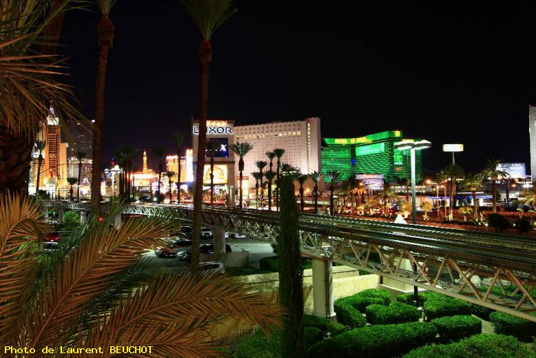 ZOOM : Vue sur le strip by night - Las vegas