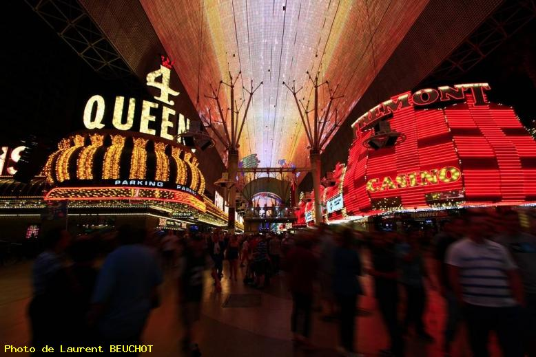 ZOOM : Fremont street by night - Las vegas